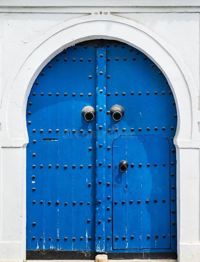 Błękitny drzwi z ornamentem od Sidi Bou i brama Powiedzieliśmy obraz stock