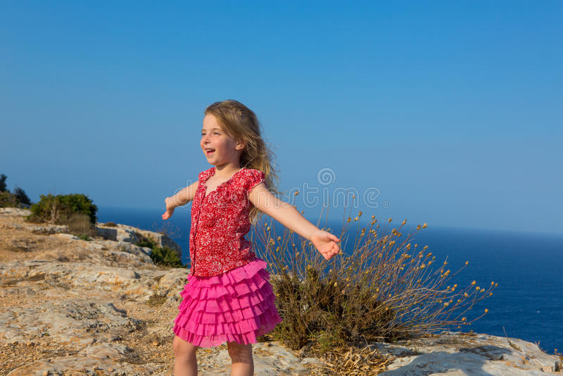 Błękitny dzień z dzieciaka dziewczyny otwartymi rękami wiatr fotografia stock