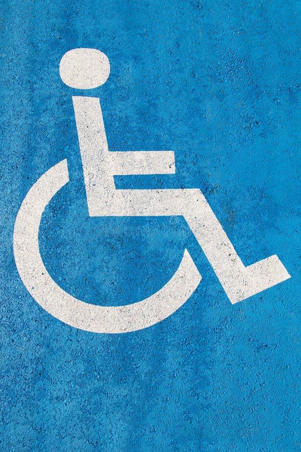 Błękitny foru parking znak na asfalcie dla persons z kalectwem obrazy stock