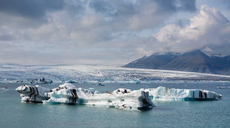Błękitny gór lodowa unosić się obraz stock