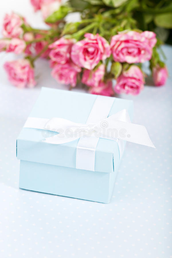 Błękitny giftbox zdjęcie royalty free