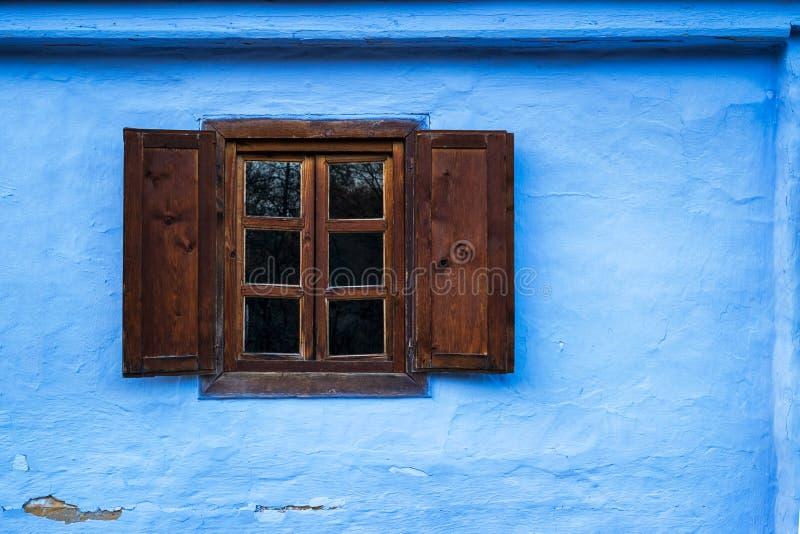 Błękitny glina dom z starym drewnianym okno zdjęcia royalty free