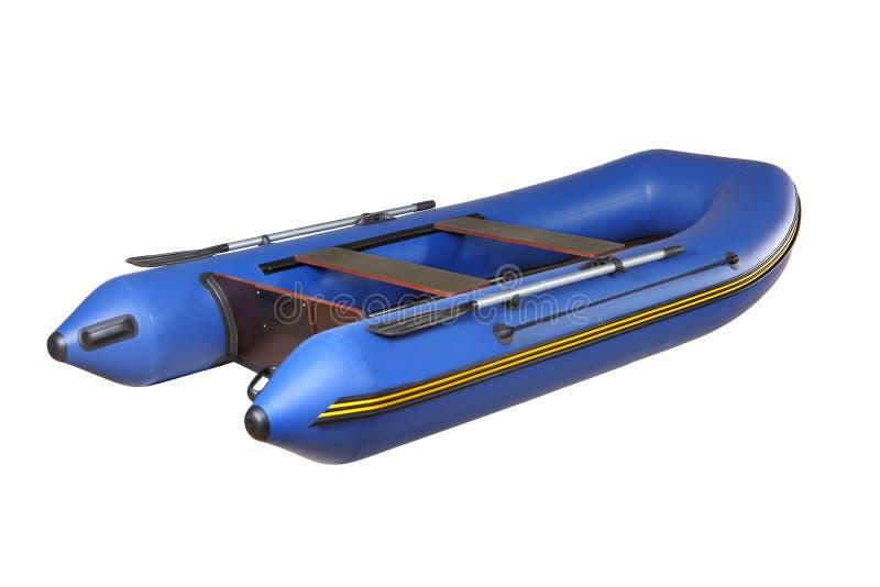 Błękitny gumowy nadmuchiwany łodzi PVC z wiosłami, odizolowywającymi na bielu. obraz stock