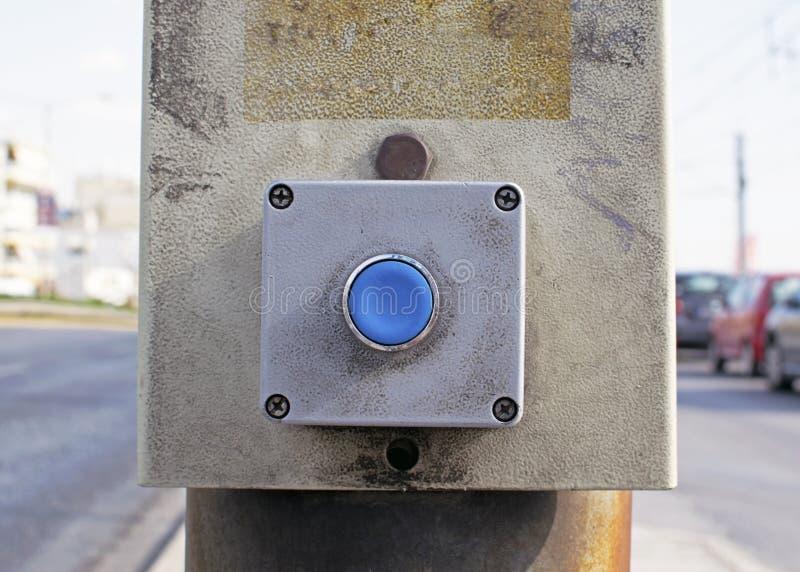 Błękitny guzik włączenie światła ruchu dla krzyżować ulica pedestrians obraz royalty free