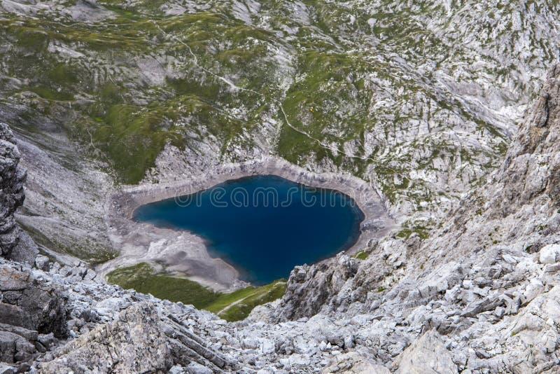 Błękitny halny jezioro z góry fotografia stock