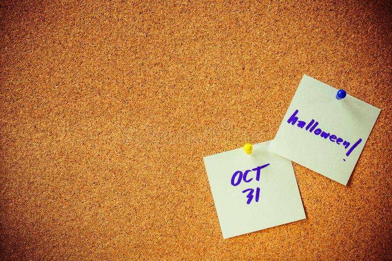 Błękitny handwriting na białego papieru notatce, szpilka na korek desce z żółtą i błękitną szpilką, Halloween zdjęcia royalty free
