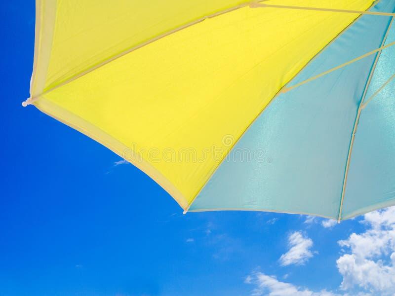 Błękitny i żółty parasol widzieć spod spodu obrazy royalty free