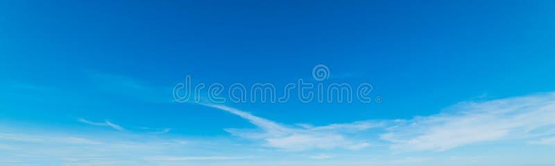 Błękitny i biały niebo w wiośnie obrazy royalty free