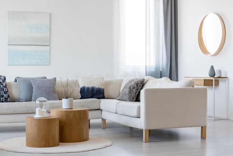 Błękitny i biali lustro w drewnianej ramie w eleganckim żywym izbowym wnętrzu z i obraz fotografia stock