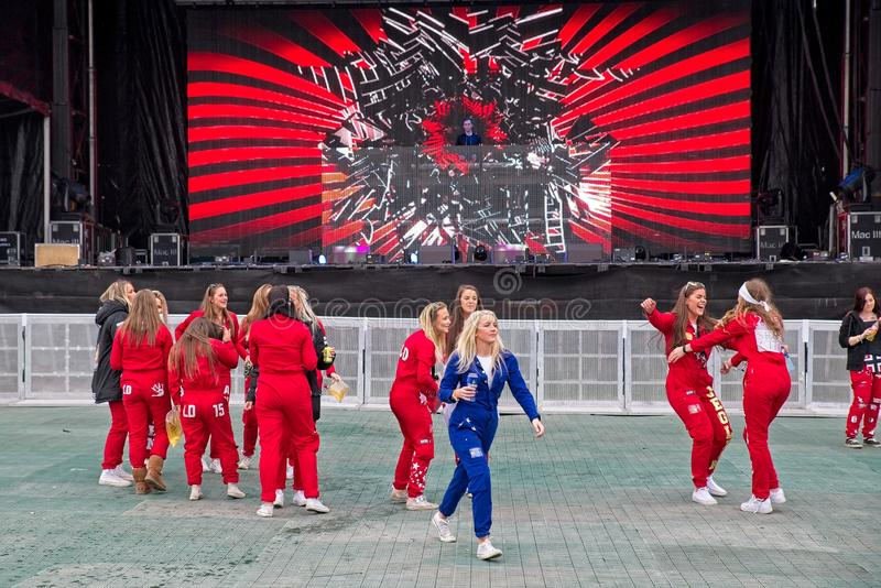 Błękitny i czerwony Russ gotowy dla przyjęcia przy Fredriksten kasztelem w Halden Norwegia fotografia royalty free