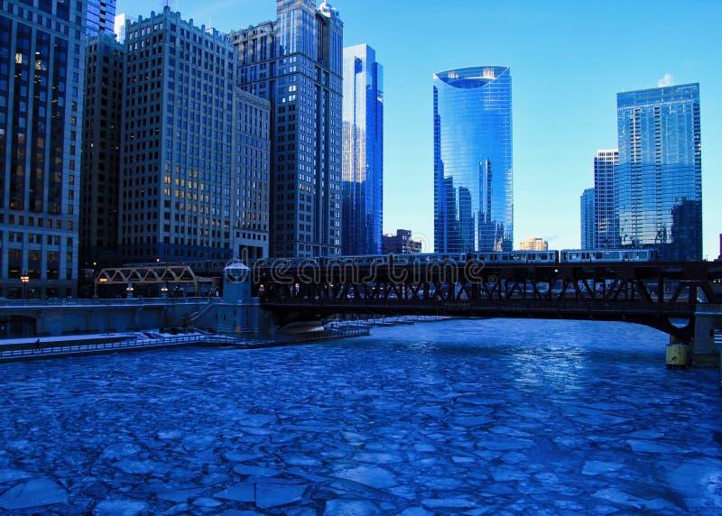 Błękitny i oziębły zima ranek w Chicago podczas gdy el pociąg przechodzi nad Chicagowską rzeką obraz royalty free