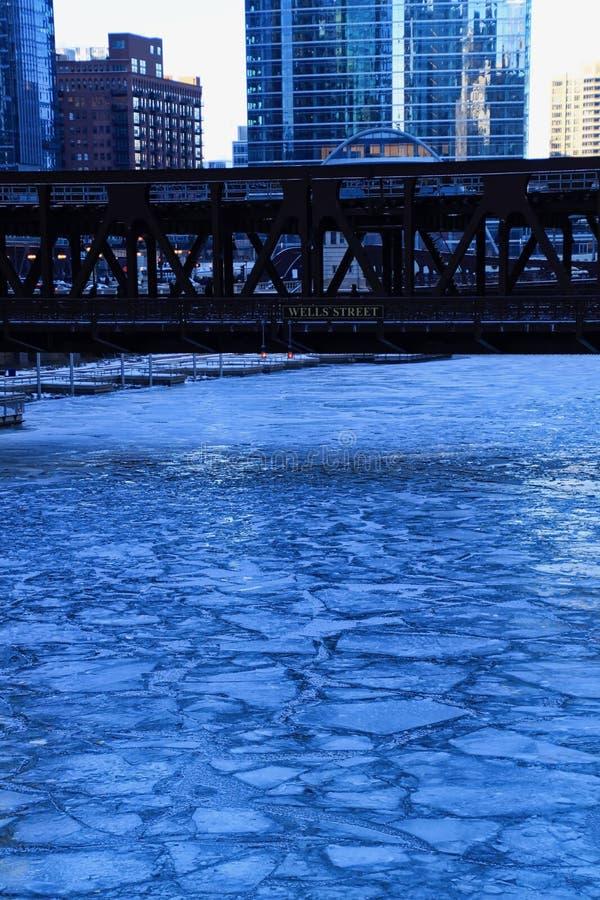 Błękitny i oziębły zima ranek w Chicago podczas gdy el pociągu przepustki nad Chicagowską rzeką i budynkami odbijają pejzaż miejs obrazy stock
