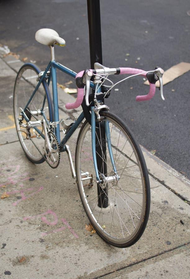 Błękitny i Różowy bicykl na chodniczku zdjęcia stock
