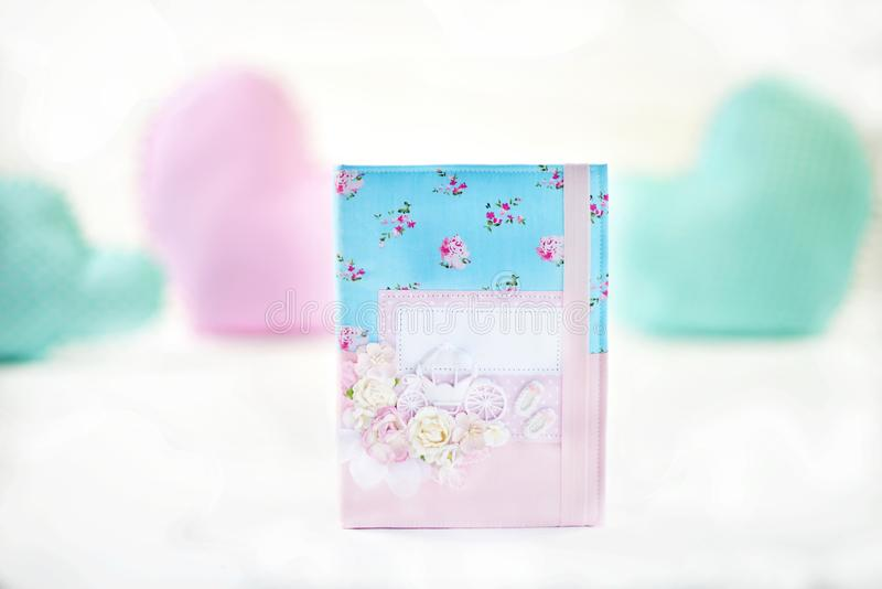 Błękitny i różowy handmade scrapbooking i tekstylny dekoraci dziewczyny ` s dzienniczek z Kopciuszek ` s frachtem na okładkowej s fotografia royalty free