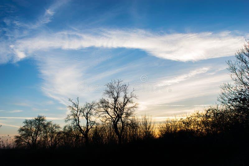 Błękitny i złocisty niebo przy zmierzchem fotografia stock