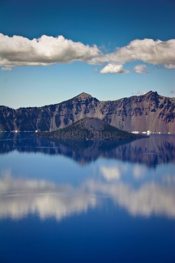 błękitny jasnego chmur krateru jezioro odbija wodę obraz royalty free