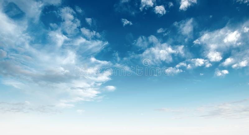 błękitny jasny chmurnieje niebo biel obrazy royalty free