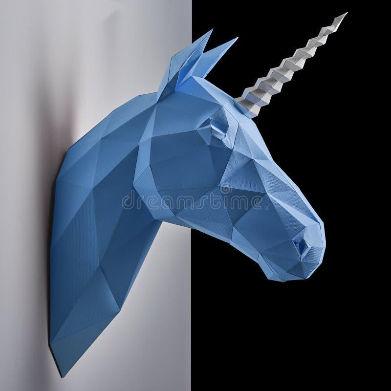 Błękitny jednorożec ` s głowy obwieszenie na kontrast białej i czarnej ścianie zdjęcie royalty free