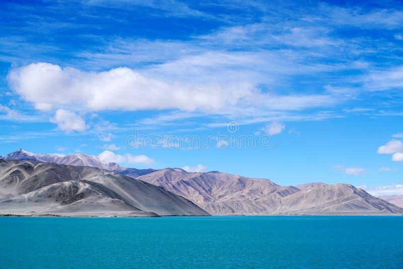 Błękitny jezioro, śnieżna góra, białe chmury, niebieskie niebo zdjęcia stock