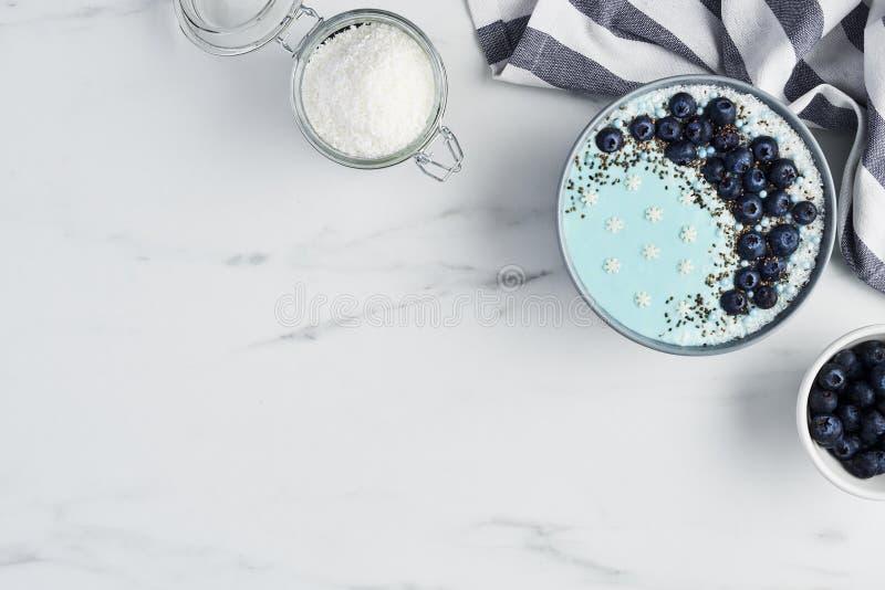 Błękitny jogurtu smoothie puchar obrazy royalty free
