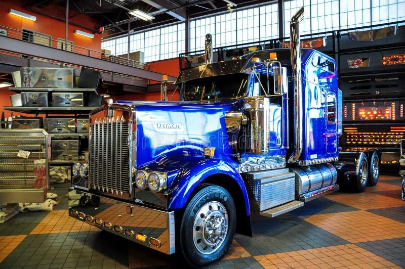 BŁĘKITNY Kenworth W900 semi przewozi samochodem wystawia przy IOWA 80 Truckstop OMAHA NEBRASKA, LUTY - 24, 2010 - fotografia stock