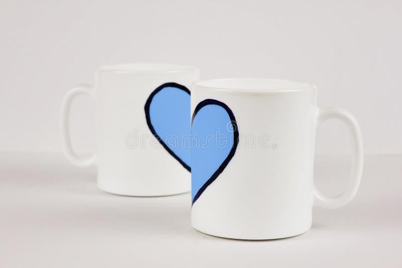 Błękitny kierowy i dwa filiżanki na białym tle Walentynka dzień, miłość, para, ślubny pojęcie obrazy royalty free