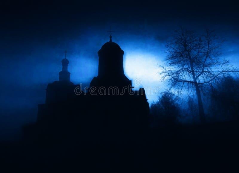 Błękitny kościół pod księżyc światła tłem obraz royalty free