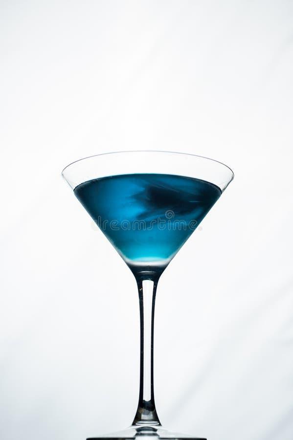 Błękitny koktajl w Martini na białym tle obraz stock