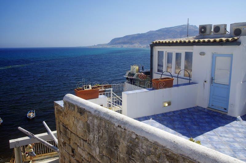 Błękitny krajobraz morze śródziemnomorskie z biel domami w pierwszy planie fotografia stock