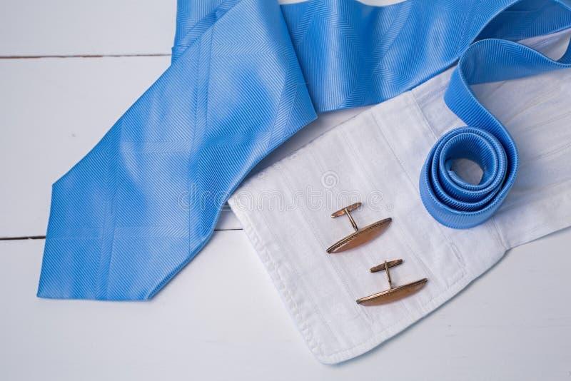 Błękitny krawat z złocistym mankiecikiem i pachnidłem zdjęcie stock
