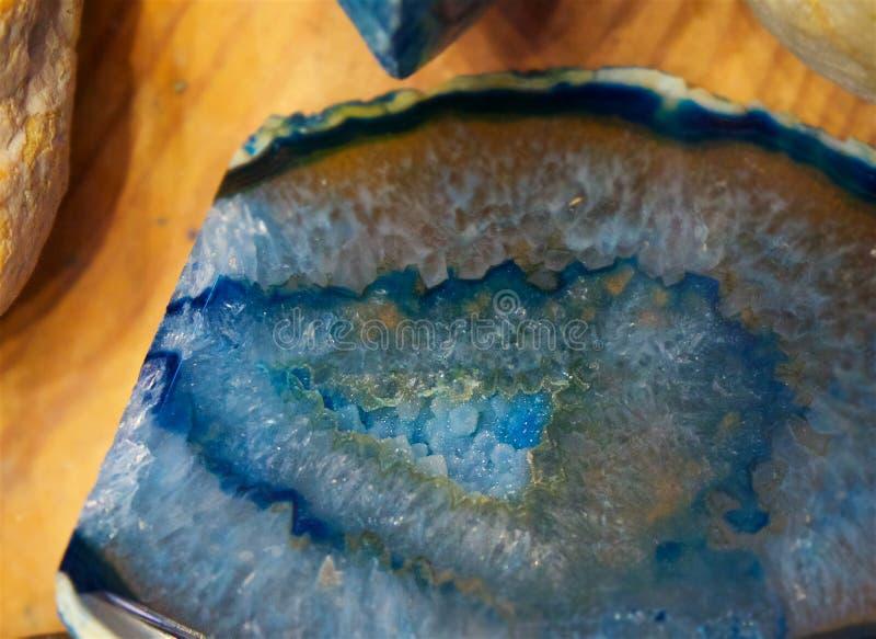 Błękitny krystaliczny nacięcie na drewnianym biurku obrazy royalty free