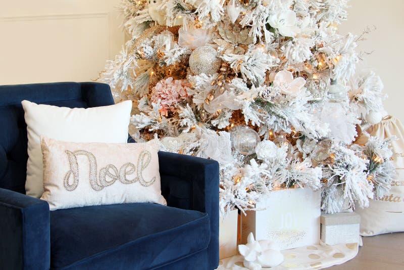Błękitny krzesło i eleganccy białe boże narodzenia drzewni obraz royalty free