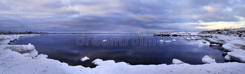 Błękitny lód na brzeg i morze zdjęcie royalty free