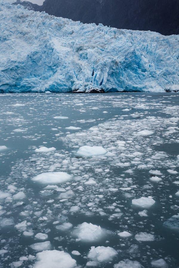 Błękitny lodowa i ocielenia lód w Alaskim oceanie nawadnia zdjęcie royalty free