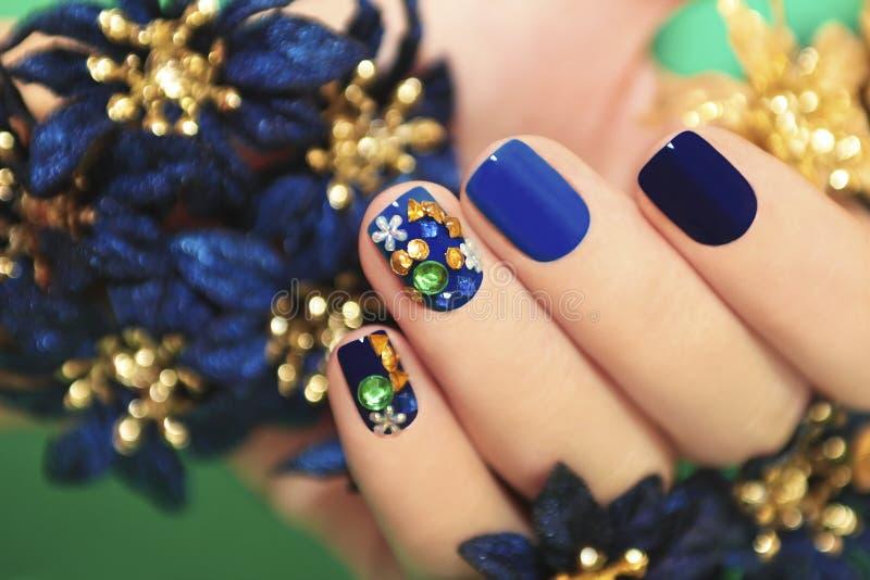 Błękitny manicure. zdjęcia stock