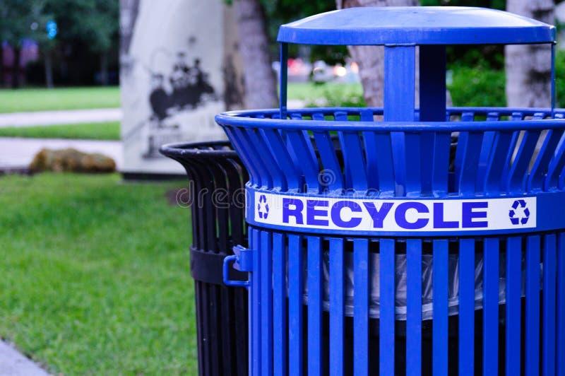 Błękitny metal Przetwarza kosz w parku zdjęcia stock