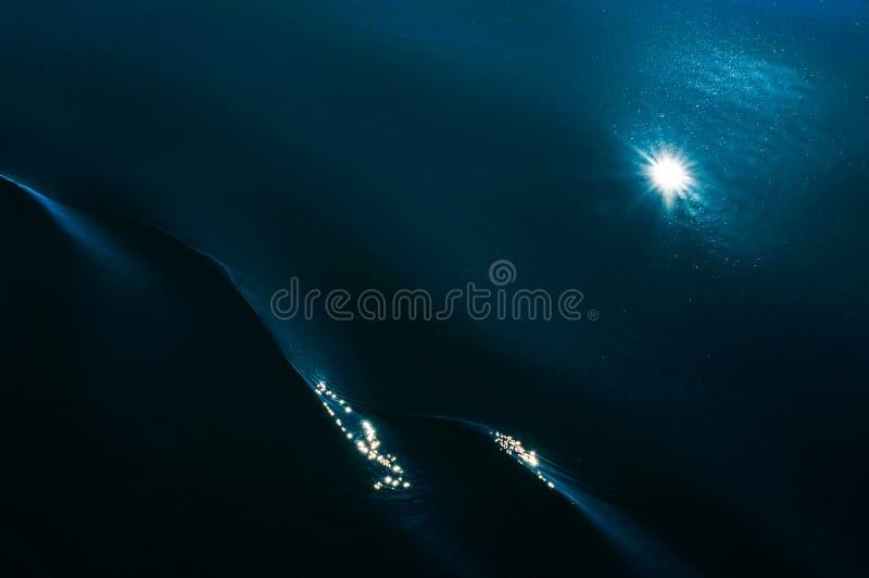 Błękitny morze, fala, woda, słońca odbicie, abstrakcja, sztuka obraz royalty free