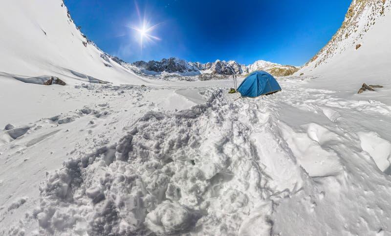 Błękitny namiot w śnieżnych szczytach góry Szeroka kąt panorama obraz stock