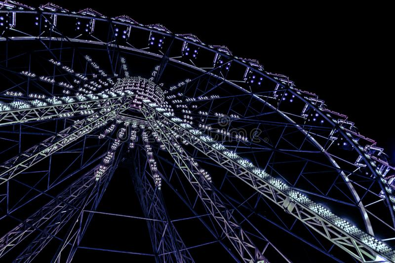 Błękitny neonowy rozjaśniający ferris koło obraz royalty free
