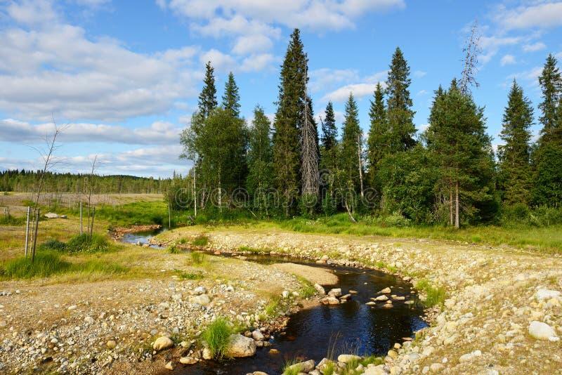 Błękitny niebieskie niebo w Syöte i rzeka, Północny Finlandia zdjęcia stock