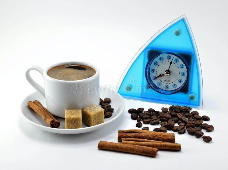 Błękitny nowożytny stylowy zegarek z czarnymi rękami i kawą w porcelany filiżance obrazy stock