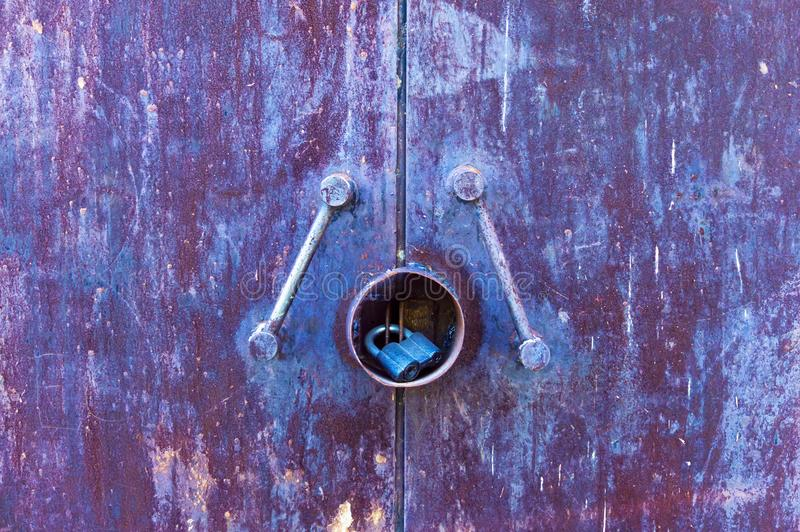 Błękitny ośniedziały metal tekstury drzwi z kędziorkiem fotografia stock