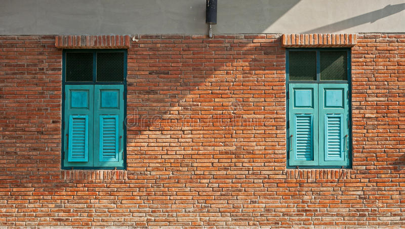 Błękitny okno z ściana z cegieł zdjęcia stock