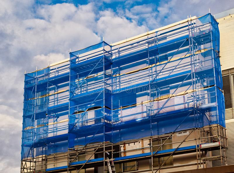 Błękitny powlekanie na budynku rusztowaniu zdjęcia royalty free