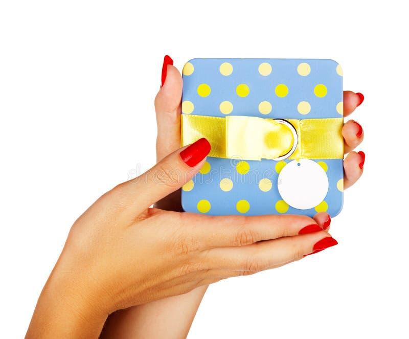 Błękitny prezenta pudełko w kobiet rękach zdjęcie royalty free