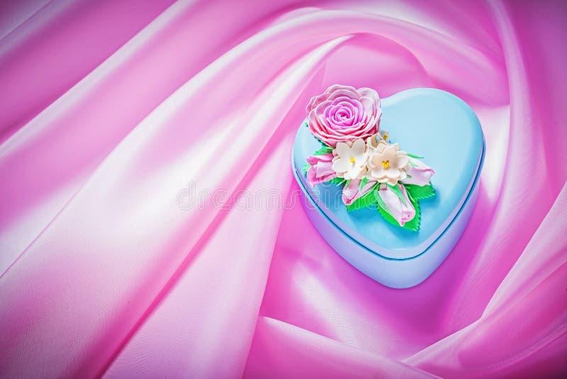 Błękitny prezenta pudełko z teraźniejszością na różowym tkaniny tła świętowaniu obraz stock