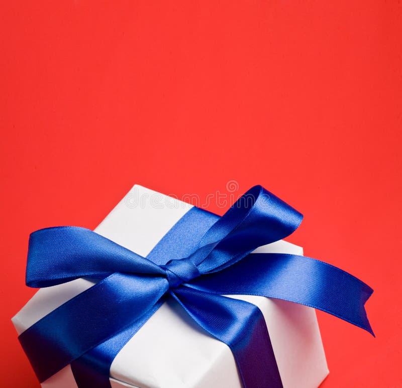 błękitny prezenta tasiemkowy biel fotografia royalty free