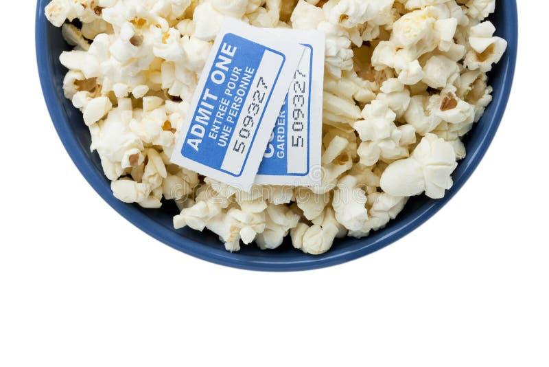 Błękitny puchar z popkornu i kina biletami zdjęcia royalty free