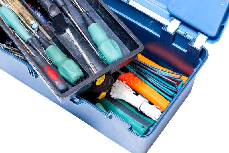 Błękitny pudełko z narzędzie śrubokrętami, młot, świder, taśmy miara na białym tle odosobniony obrazy stock