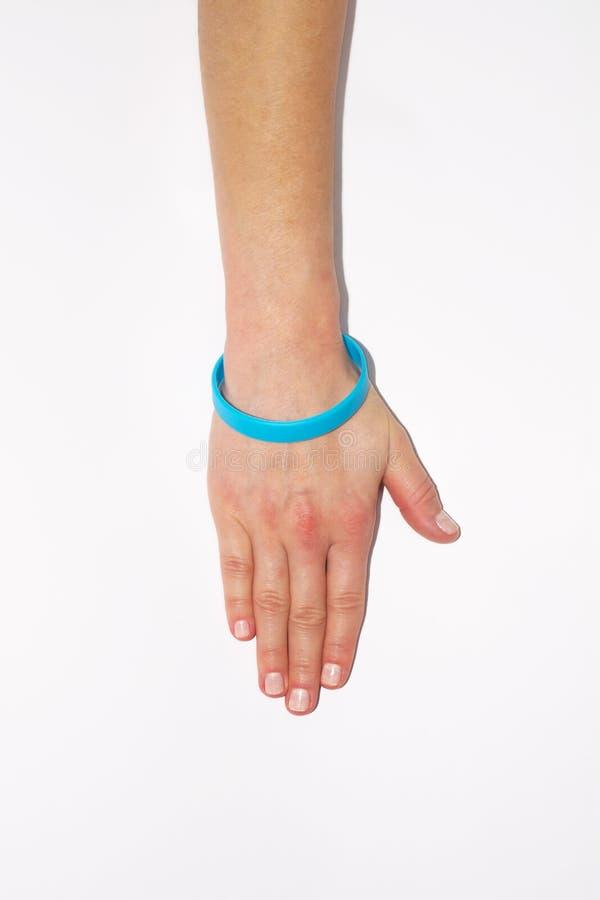 Błękitny pusty gumowy wristband na nadgarstek ręce Krzem mody bransoletki odzieży round ogólnospołeczna ręka Jedność zespół obrazy stock